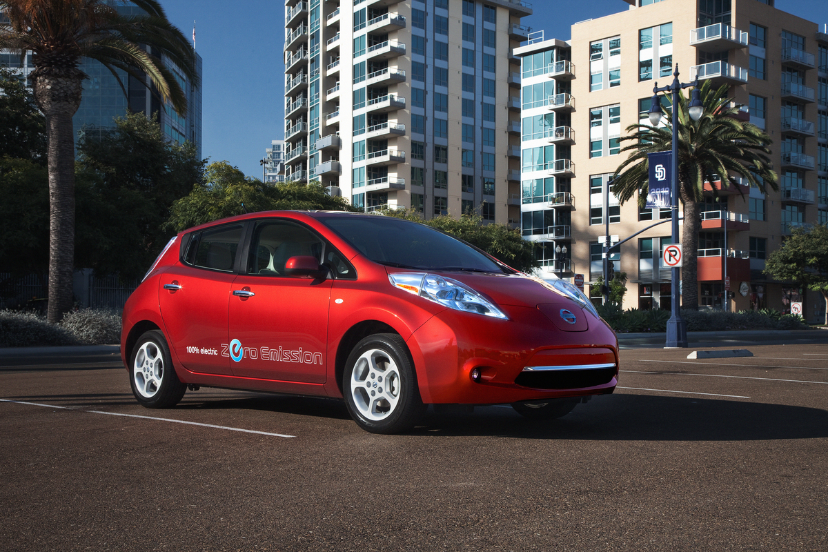 2011 nissan leaf tm a new era of mobility begins with no gas no tailpipe 5 passenger ev